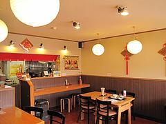 店内:カウンターとテーブル@好吃餃子(ハオツーギョウザ)