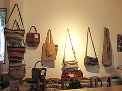 店内:フェアトレード雑貨・バッグ@カフェ・ムッシュドムニィー・小郡