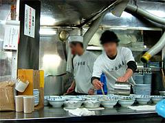 元祖長浜屋のオープンキッチン。