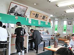 店内:カウンターとテーブル席@魁龍博多本店
