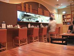 3店内:カウンターとテーブル@海部のうどん・長浜・市場会館