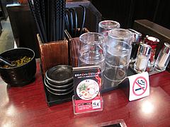 店内:卓上・禁煙・ゴマなし・辛子高菜あり@ラーメン暖暮・博多中洲店
