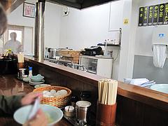 4店内:カウンター席左@S福一ラーメン・道善・那珂川