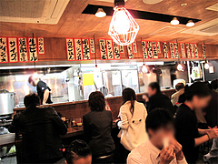 店内:カウンターとテーブル席@元祖博多だるま・博多デイトス店