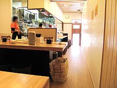 店内:テーブル席とカウンター@もちもち麺工房松・住吉