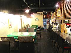 18店内:カウンターとテーブル@マルコキッチン・中華・天神