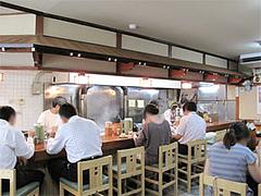 店内:カウンターとテーブル席@うどん平(たいら)・博多駅前