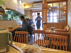 2店内:カウンターとテーブル席@元祖ぴかいち・博多駅・中華