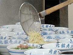 5店内:麺入れ。@元祖長浜屋・ラーメン