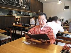 3店内:テーブル席@日の出食堂・博多駅前