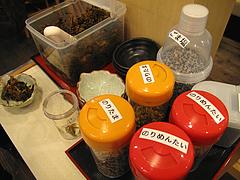 店内:ふりかけと辛子高菜@麺や・てんき・平尾