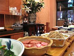 店内:カウンターの大皿料理@博多なゝ草(はかたななくさ)・西中洲