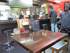 店内:カウンターとテーブル@カレー倶楽部ルウ