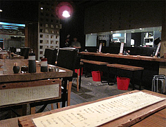 店内:テーブル席とカウンター席@餃子・高砂遊心
