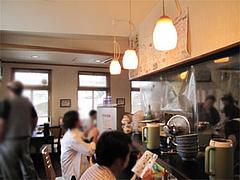 店内:カウンターとテーブルと小上がり@らーめん・ゆきみ家
