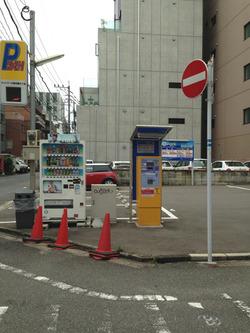 12駐車場60分200円@肉肉うどん・薬院