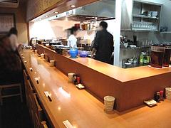 店内:1階カウンター@博多鶏と麺こはる・ラーメン居酒屋