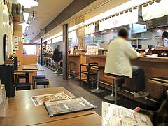 店内:カウンターとテーブル@ちゃんぽん座・十鉄・西新商店街