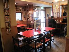 店内:テーブル席とカウンター@四方平・北九州小倉
