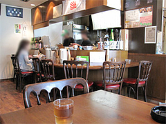 店内:カウンターとテーブル席@麺菜酒家・支那そば・あすか・大橋