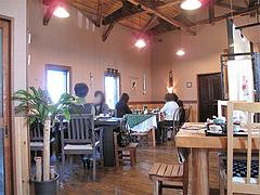 店内:天井が高く、テーブル間広い@おちゃの舎 野の花・福岡県小郡市