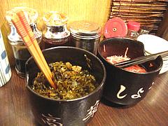 5店内:卓上の辛子高菜と紅しょうが@ラーメンTAIZO(タイゾー)那珂川店
