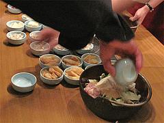 もつ鍋の具入れる@天神DININGじゃんくう