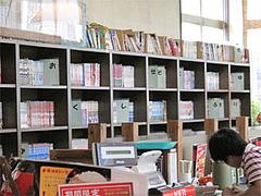 店内:図書館のような漫画棚@博多金龍筑紫通り店