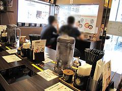 店内:カウンター@つけ麺・博多元助・天神西通り店