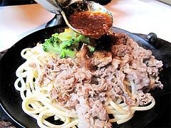料理:牛肉スタミナ焼ソースかける@エルボン・博多区古門戸町