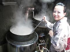 店内:スープ混ぜる@ラーメン・博多だるま