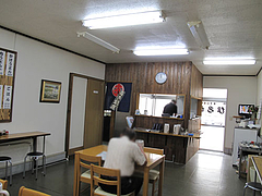 店内:テーブルとカウンター@小倉名物肉うどん・ひろちゃん・上牟田