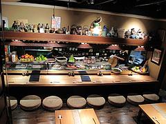 店内:カウンター席とテーブル@たらふくまんま・春吉