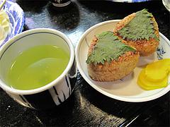料理:焼きおにぎりとお茶@焼鳥みのかさ・小笹