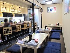 2店内:カウンターと小上がり@元祖肉肉うどん・春日店