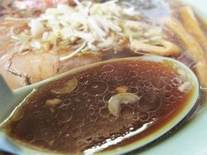 7正油ラーメン(黒)スープ@一本亭