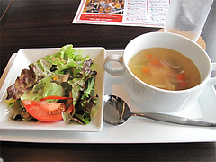 ランチ:オムライスのスープとサラダ@ドッグカフェレストラン・ワンパーク大濠店
