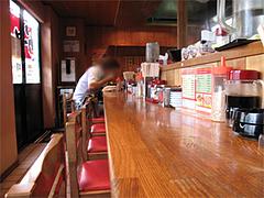店内:カウンターとテーブル席@博多長浜ラーメンいってつ・大橋