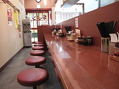 4店内:カウンター席@まるうまラーメン・吉塚駅店