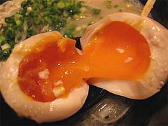 料理:ラーメン煮玉子御開帳@博多らーめん廻天(かいてん)