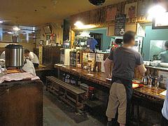 5店内:カウンター・テーブル・小上がり@居酒屋kikura(キクラ)・博多駅