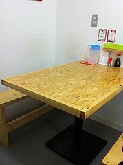 2店内:4人用と2人用テーブル@定食屋・ごはんのアロハ・春吉