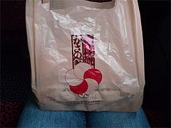 かさの家の梅が枝餅が膝の上にある。@かさの家博多駅キヨスク店