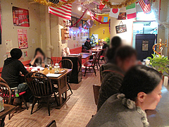 7店内:カウンターとテーブル席@チリ・ダイニング・博多区上牟田