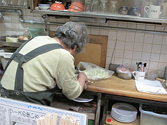 店内:坂田チヨノさんキャベツを刻む。@小倉名物・元祖焼うどん・だるま堂