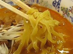 料理:煮込みホルモン麺の麺@大明坦々麺・博多デイトス店麺街道