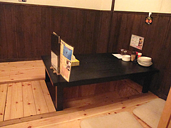 4店内:掘り炬燵式テーブル席@麺屋極み清川店・ラーメン居酒屋