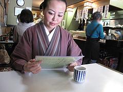 2店内:カウンターとテーブル@恵味うどん・薬院