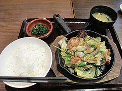 2ランチ:塩ホルモン鉄板定食490円@大衆居食家しょうき・半道橋店