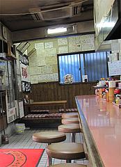 店内:カウンター席と小上がり@どんどん餃子・吉塚
